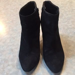 Lord and Taylor 424 Fifth black ankle boots